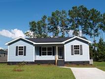 Blaues mit niedrigem Einkommenhaus Lizenzfreie Stockbilder