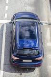 blaues modernes SUV, das auf der Autobahn fährt Stockfoto