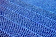 Blaues Mosaik deckte die Swimmingpool-Schritte mit Ziegeln, die durch wasser- Bild gesehen wurden stockfoto