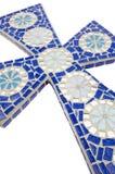 Blaues Mosaikkreuz mit weißem Hintergrund Stockfotos
