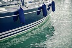 Blaues Motorboot, das im Wasser sich reflektiert lizenzfreie stockfotos