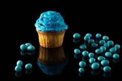 Blaues Muffin auf Schwarzem Lizenzfreie Stockfotos