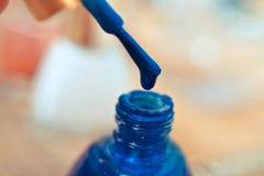Blaues nailpolish Stockbild
