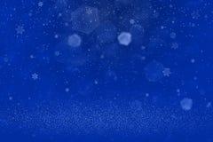 Blaues nettes helles Funkelnlichter defocused bokeh abstrakter Hintergrund und fallende Schneeflocken fliegen, festal Modellbesch stock abbildung