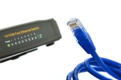 Blaues Netzkabel und -schalter lizenzfreie stockfotos