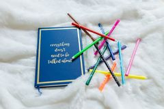 Blaues Notizbuch stellte nicht weißen weichen Stoff mit grünem künstlichem leavesBlue Notizbuch einstellte nicht weißen weichen S Stockbilder