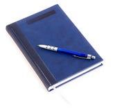 Blaues Notizbuch und blaue Feder Stockfoto