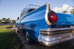 Blaues Oldtimertaxi in Kuba stockfotos