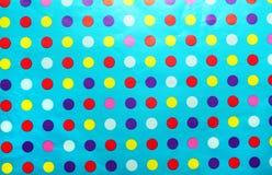 Blaues Packpapier mit mehrfarbigen Stellen. Stockbild