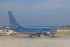 Blaues Passagierflugzeug stockfoto
