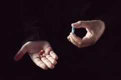 Blaues Pillenkonzept der roten Pille lizenzfreie stockbilder