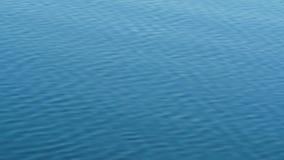 Blaues plätscherndes Wasser an einem See stock footage