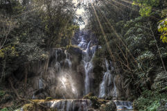 Blaues Pool bei Kuang Si Waterfalls Stockfotografie