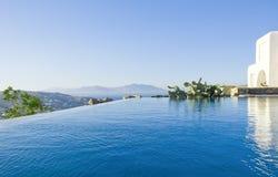 Blaues Pool nahe dem Haus auf Himmel und Meer Stockfotos