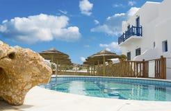 Blaues Pool und Regenschirme um es nahe dem Hotel Lizenzfreies Stockfoto