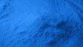 Blaues Pulver gießt in Stapel stock footage