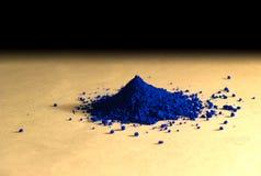 Blaues Pulverpigment über einem Vanillepapier lizenzfreies stockbild
