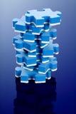blaues Puzzlespiel 3D auf blauem Hintergrund. Lizenzfreies Stockbild
