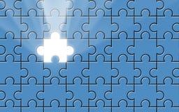 Blaues Puzzlespiel mit fehlendem Stück und Lichtstrahl Lizenzfreie Stockfotografie