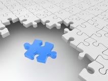 Blaues Puzzlespiel umgeben durch weiße Puzzlespiele Stockfotografie