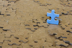 Blaues Puzzlespielstück Stockbilder