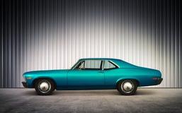 Blaues Retro- Auto auf Höhe Stockbild