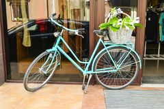 Blaues Retro- Fahrrad in der Stadt stockbild