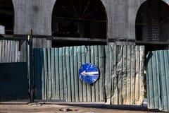 Blaues Richtungszeichen auf Baustelle auf Straße Lizenzfreie Stockfotos
