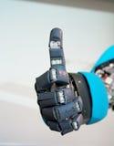 Blaues Roboter-Handzeichen, das o.k. bedeutet Stockfotografie