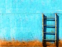 Blaues rostiges Weinlesetreppenhaus Stockbilder
