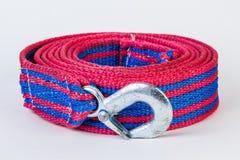 Blaues/rotes Zugseil mit Metallhaken auf einem weißen backgr Stockbild