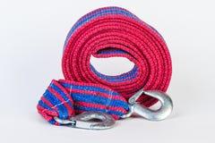 Blaues/rotes Zugseil mit Metallhaken auf einem weißen backgr Stockfoto