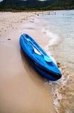 Blaues Ruderboot auf Strand Lizenzfreies Stockfoto