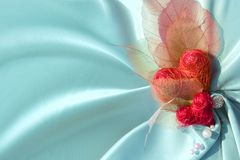 Blaues Satintuch mit Valentinsgrußinneren Stockfotografie