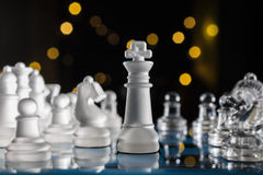 Blaues Schachbrett in der Dunkelheit mit Bokeh Lizenzfreie Stockbilder