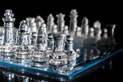 Blaues Schachbrett in der Dunkelheit mit Reflexion Stockfotos
