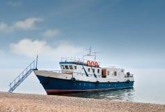 Blaues Schiff am Pier Lizenzfreies Stockfoto