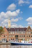 Blaues Schiff und Kirchturm an den Kanälen von Haarlem Stockfotos