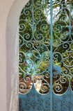 Blaues Schmiedeeisentor in Form eines Bogens stockfoto