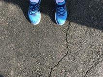 Blaues Schuhlaufen lizenzfreies stockfoto
