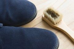 Blaues Schuhsäubern Stockfoto