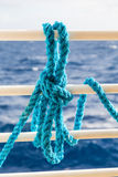 Blaues Seil auf weißem Schiffs-Geländer Stockfoto