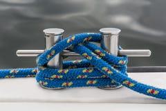 Blaues Seil heften sich an Stange der Yacht Lizenzfreies Stockfoto