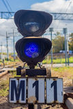 Blaues Semaphor nahe Eisenbahn Stockfotografie
