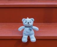 Blaues Sitzen des TEDDYBÄREN Farb Stockbilder