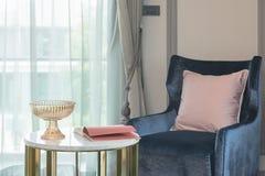 Blaues Sofa Mit Rosa Kissen Und Rundtisch Im Wohnzimmer Stockfoto