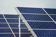 Blaues Sonnenkollektoren photovoltaics Kraftwerk, zukünftiges Innovationsenergiekonzept Stockfotos