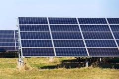 Blaues Sonnenkollektoren photovoltaics Kraftwerk, zukünftiges Innovationsenergiekonzept Stockbilder