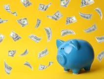 Blaues Sparschwein auf Hintergrund Geldeinsparung lizenzfreie stockbilder