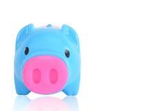 Blaues Sparschwein auf weißem Hintergrund, Beschneidungspfad einschließlich Lizenzfreie Stockfotografie